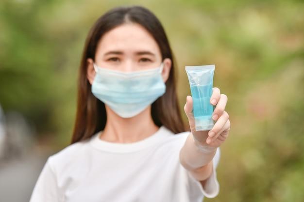 Mulheres asiáticas usam álcool gel para limpar as mãos para proteger o coronavírus covid19