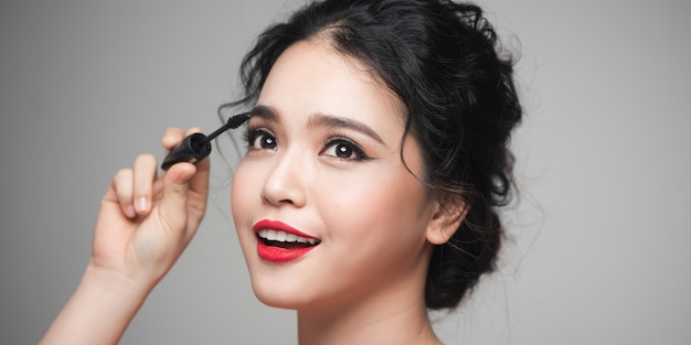 Mulheres asiáticas usando rímel