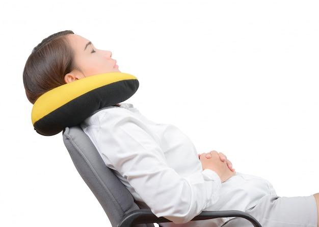 Mulheres asiáticas, usando, travesseiro pescoço, e, descansar, ligado, cadeira escritório, isolado, branco, fundo