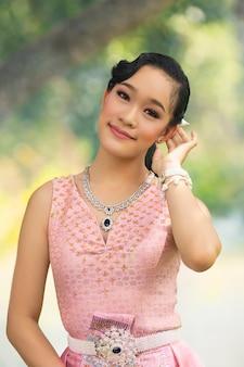 Mulheres asiáticas vestidas com tradições tailandesas de lanna