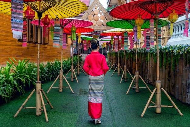 Mulheres asiáticas vestindo trajes tailandeses tradicionais de acordo com a cultura tailandesa no templo na província de nan, tailândia