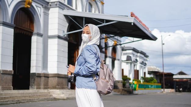 Mulheres asiáticas viajando de trem em frente à estação