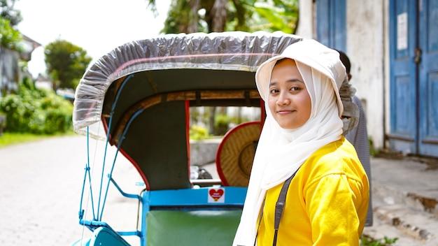 Mulheres asiáticas viajando em riquixás