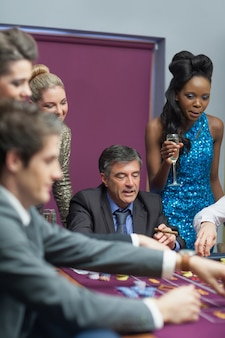 Mulheres assistindo homens colocando apostas