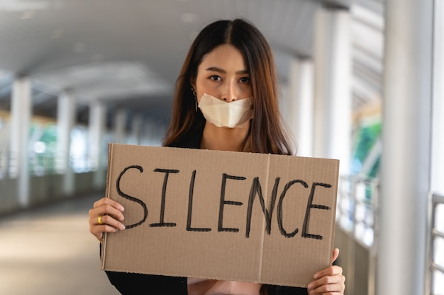 Mulheres ativistas asiáticas com faixas protestando pela democracia e igualdade