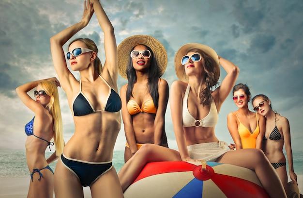Mulheres atraentes em biquínis