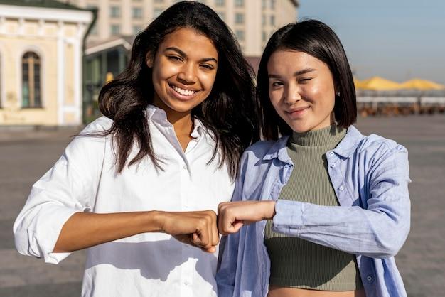 Mulheres batendo punhos ao ar livre
