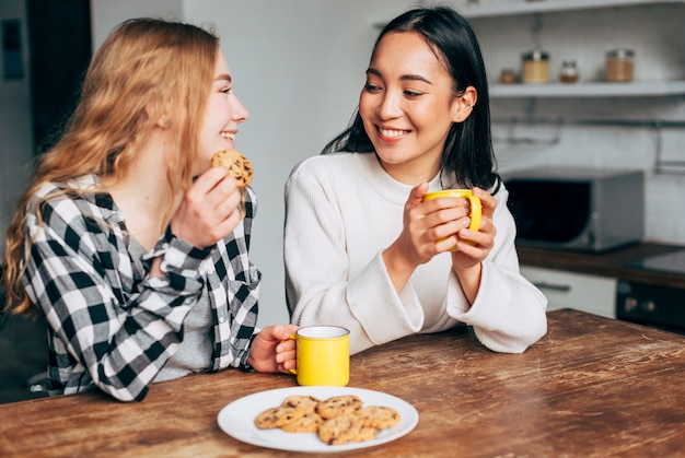 Mulheres, bebendo, chá, com, biscoitos