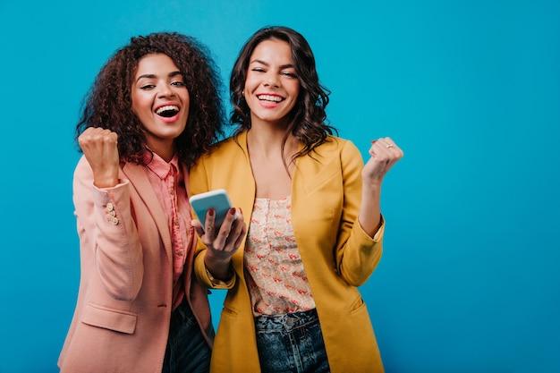 Mulheres bem-humoradas se divertindo juntas