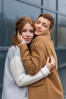 Mulheres bonitas, abraçando uns aos outros