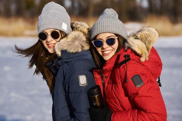 Mulheres bonitas ao ar livre no inverno com neve