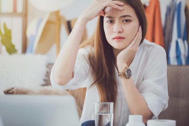 Mulheres bonitas asiáticas fatigantes e dor de cabeça após o workingcept.
