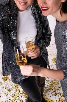 Mulheres bonitas comemorando a véspera de ano novo
