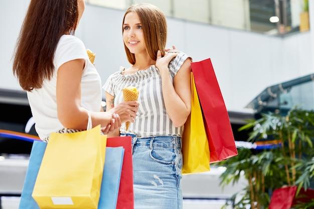 Mulheres bonitas, compras no shopping