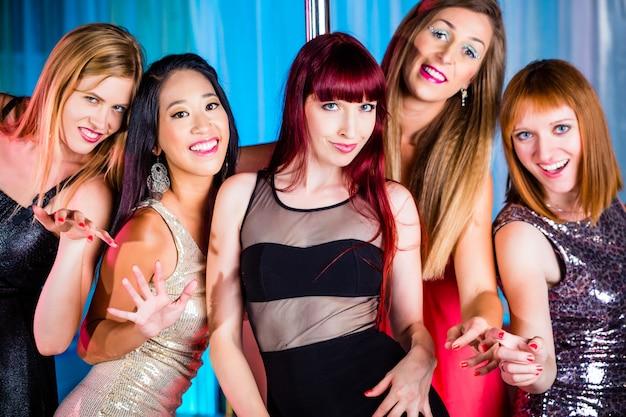 Mulheres bonitas dançando na discoteca ou no clube