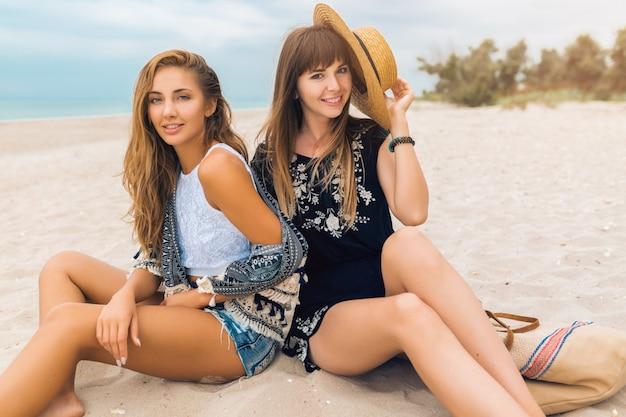 Mulheres bonitas e elegantes nas férias de verão em uma praia tropical sexy, viajar, olhando na câmera