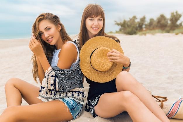 Mulheres bonitas elegantes nas férias de verão na expressão facial emocional da praia, surpresa, feliz