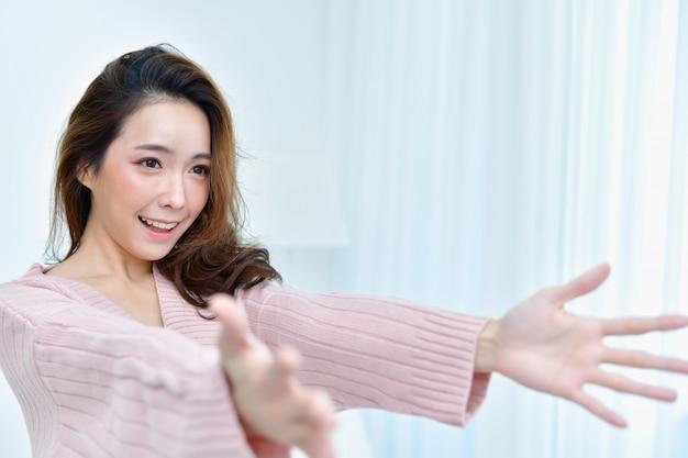 Mulheres bonitas em roupas de inverno são selfie no quarto.