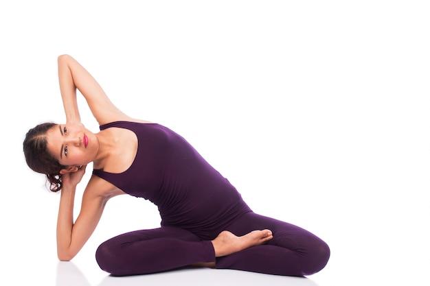 Mulheres bonitas exercem ioga
