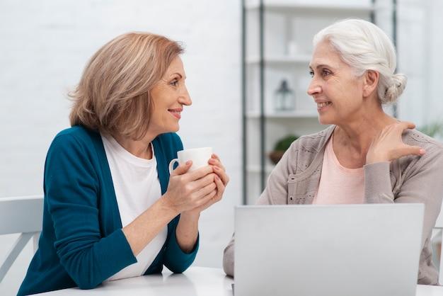 Mulheres bonitas falando um com o outro