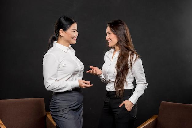 Mulheres bonitas falando