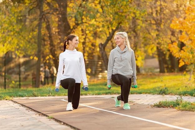 Mulheres bonitas fazendo exercícios de alongamento