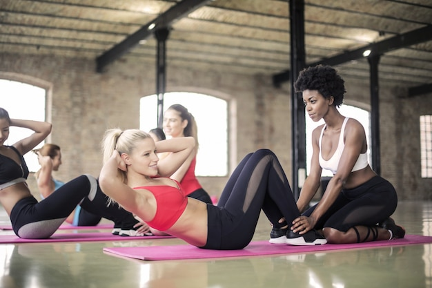 Mulheres bonitas fazendo exercícios no ginásio