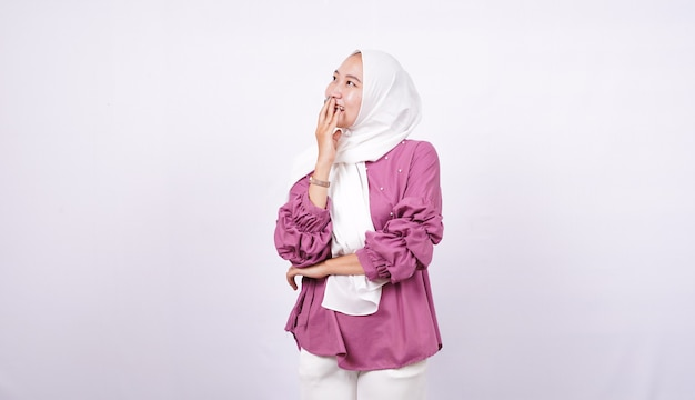 Mulheres bonitas hijab rir isolado fundo branco