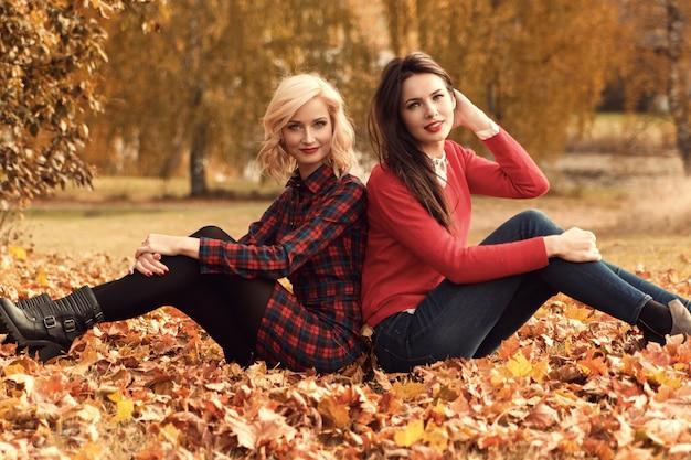 Mulheres bonitas no parque outono