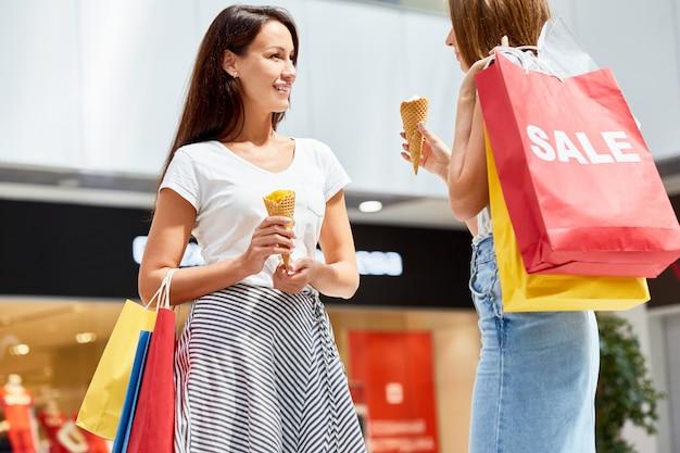 Mulheres bonitas no shopping