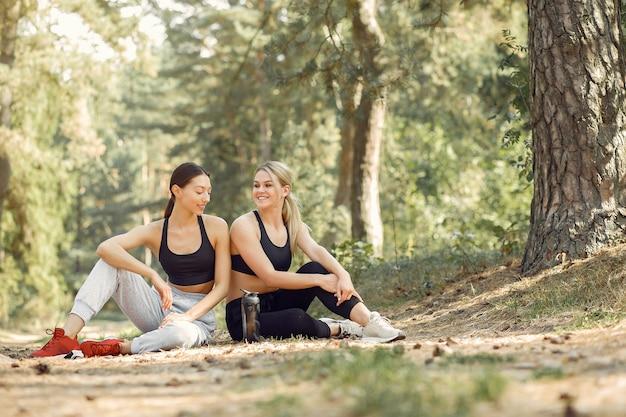 Mulheres bonitas passam o tempo em um parque de verão
