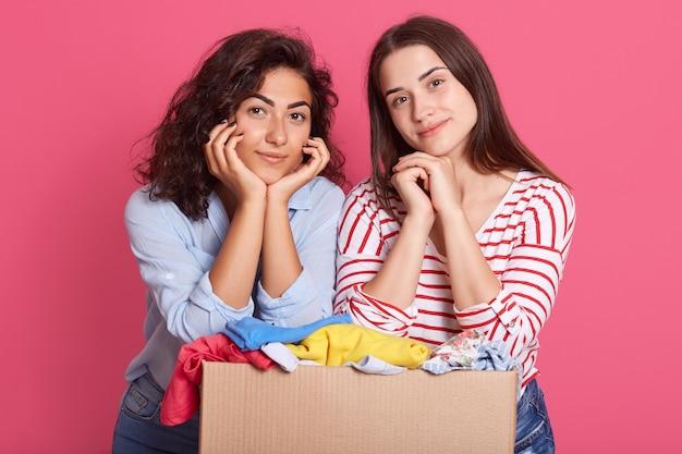 Mulheres bonitas posando com roupas para uso secundário