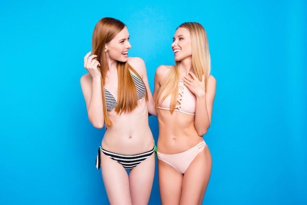 Mulheres bonitas posando de biquíni