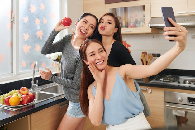 Mulheres bonitas posando para selfie