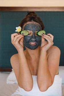 Mulheres bonitas recebendo tratamento facial