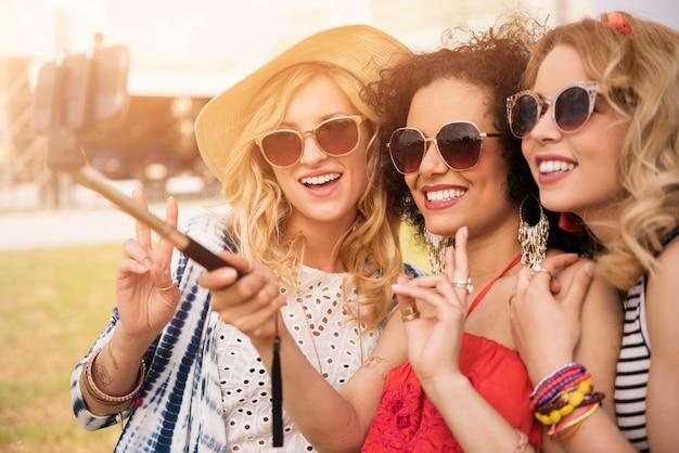 Mulheres bonitas se divertindo juntas