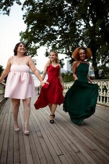 Mulheres bonitas se divertindo na festa de formatura