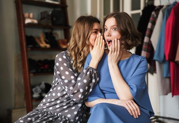 Mulheres bonitas, sentado dentro de casa na loja showroom falando