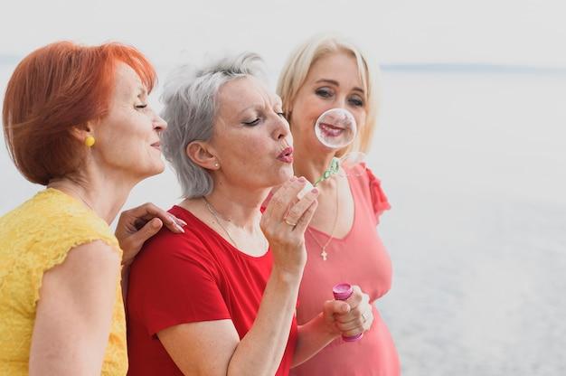 Mulheres bonitas, soprando bolhas