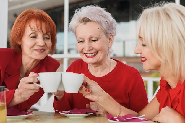 Mulheres bonitas tomando um café