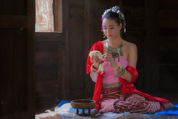 Mulheres bonitas vestidas no antigo estilo lanna, no norte da tailândia.