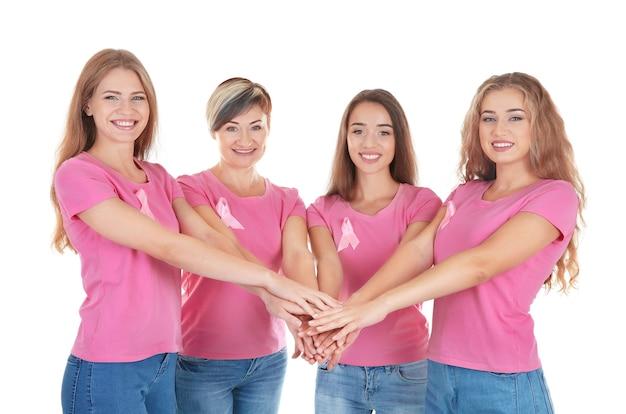 Mulheres bonitas vestindo camisetas com fitas rosa isoladas