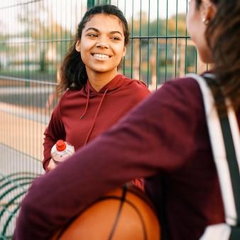 Mulheres bonitas voltando para casa depois de um jogo de basquete