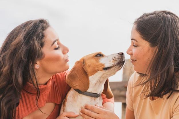 Mulheres brincando com cachorro