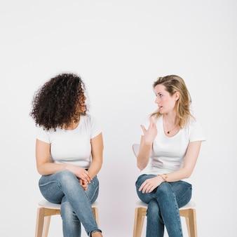 Mulheres, cadeiras, falando