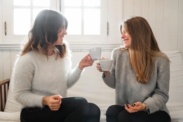 Mulheres, café bebendo, ligado, sofá
