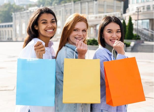 Mulheres calçando suas sacolas de compras