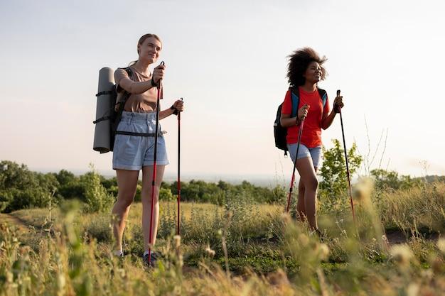 Mulheres caminhando juntas em cena completa