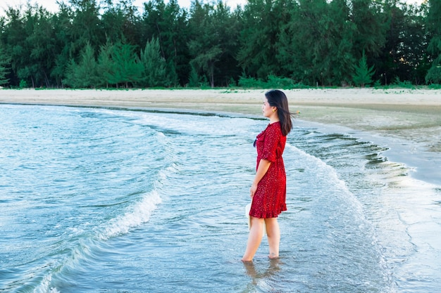 Mulheres caminhando na praia à beira-mar