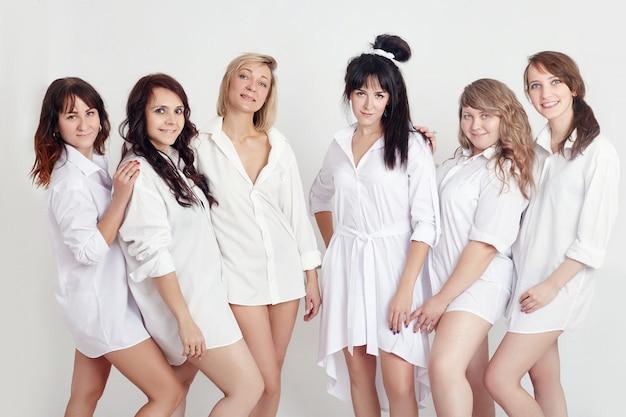 Mulheres casacos brancos e camisas depois da sauna e banhos